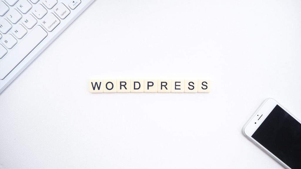 wordpress, smartphone dan keyboard